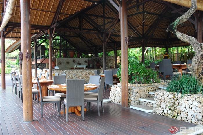 景观室外家具实景图-矮墙桌椅组合餐厅木板铺装-设计