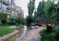 河流景观,卵石驳岸,园桥,草坪,景石,常绿乔木,住宅景观