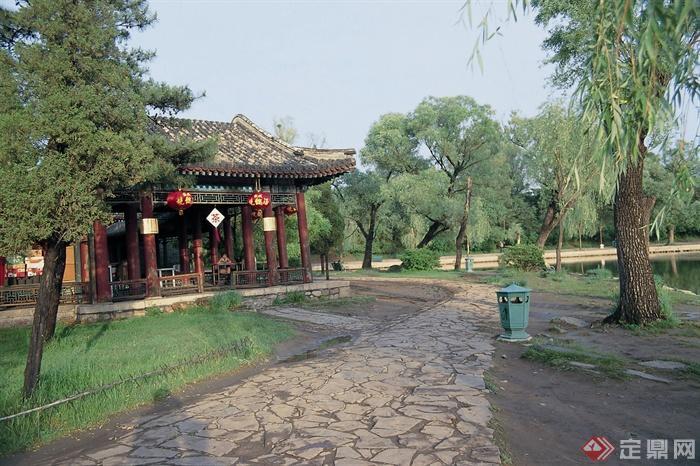 碎石铺装,园路,垃圾桶,常绿乔木,草坪,亭子,避暑山庄