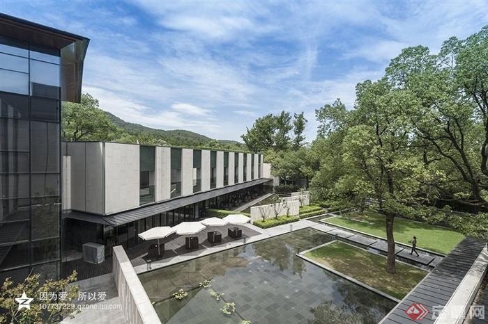 景观水池,遮阳伞,酒店,木板铺装,挡墙