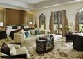 客房,沙发,茶几,床,办公桌,窗子,窗帘布艺,地毯,花瓶插花