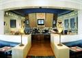 餐厅,吧台,椅子,矮墙,沙发,台灯,地面?#22871;?背景墙,壁灯
