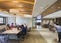 会议桌椅,吊灯,木地板,木板吊顶,办公空间
