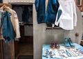 鞋子,首饰,小饰品,衣服,桌子