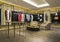 沙发,茶几,桌子,地面铺装,挂衣杆,服装,服装店