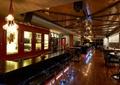 酒吧,吧台,高脚凳,吊灯,桌椅组合,酒柜,木地板