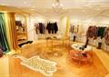 衣服架,桌子,地面铺装,形象墙,镜子,窗帘布艺,衣服,服装店