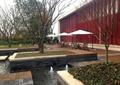 喷泉水池,种植池,树池,花卉植物,落叶乔木,桌椅,阳伞,住宅景观