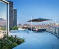 栏杆,地面铺装,阳伞,桌椅,种植池,花卉植物,屋顶花园,庭院景观