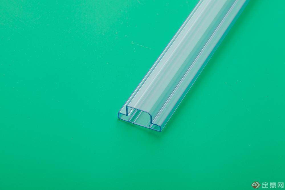 IC包装管是IC、集成电路、集成块、半导体、电子元件、变压器件及精密电子组件和包装管材,主要作包材使用,是为防止在运输过程中对零件的损伤,以及在运输周转过程中防止静电对元件产生静电损伤的一种包装管材。 IC包装管的原料: 生产IC包装管,一般以硬质挤出级PVC粒料(生产出PVC包装管)、挤出级透明HIPS粒料(生产出透明PS包装管)、改性PET粒料(生产出PET包装管)、PP和PE等原料。 IC包装管的挤出设备: 生产IC包装管,一般选择45单螺杆挤出机,螺杆长径比为24或25比1较佳,这种设备大概价格在