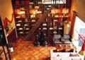 楼梯,书架,地面铺装,沙发,茶几,花钵,装饰摆件,餐厅