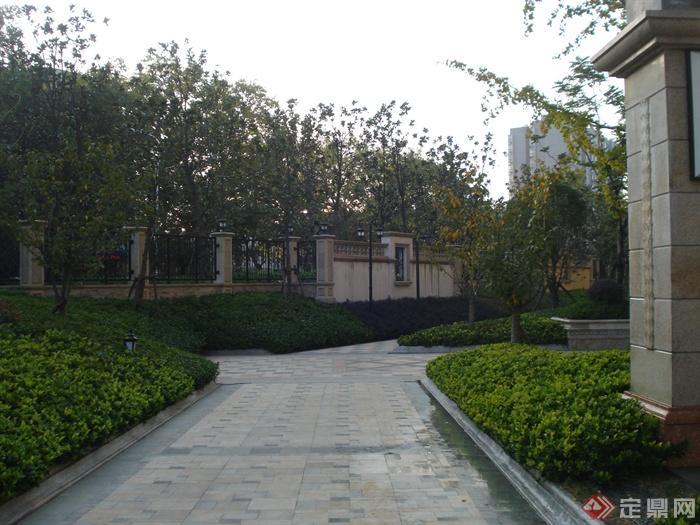 欧式住宅小区景观实景-石材铺装围墙灌木丛-设计师