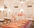 餐桌椅,餐具,水晶吊灯,捧花装饰,宴会厅