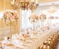 水晶吊灯,餐桌椅,餐具,捧花装饰