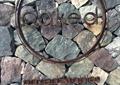 商业标志,标示牌,标识文字,石墙