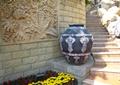 景墙,陶罐,台阶,景石,花卉植物
