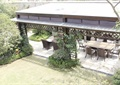 玻璃廊架,桌椅,景观植物,草坪