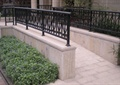 通道,入口,铁艺栏杆,种植池,花卉植物,地面铺装,住宅景观