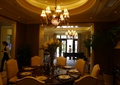 餐桌椅,花瓶插花,餐具,水晶吊灯,餐厅