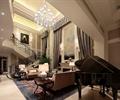 钢琴,桌子,沙发,地毯,楼梯,吊灯,客厅