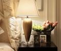 床头柜,花瓶插花,台灯,摆件,卧室