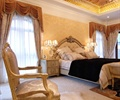 椅子,双人床,床头柜,台灯,背景墙,天花吊顶,窗帘布艺,卧室