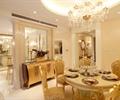 餐桌椅,餐具,吊灯,边柜,花瓶插花,餐厅