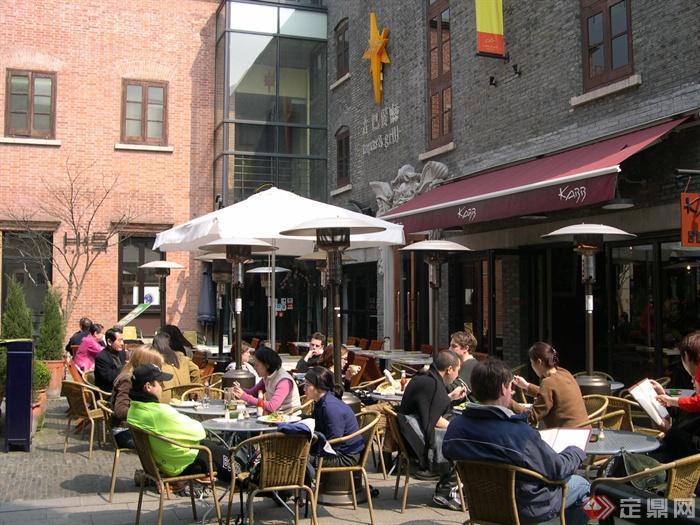 上海新天地商业街景观实景-露天餐厅遮阳伞坐凳组合