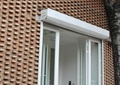 藝術館入口,玻璃雙開門,紅磚墻