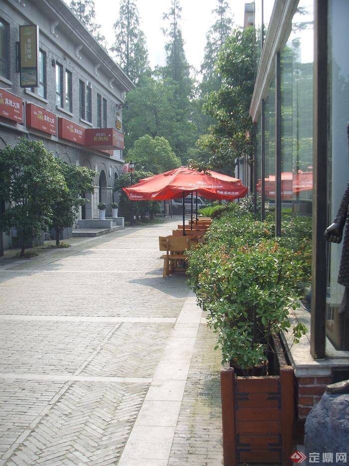 南京1912商业街景观实景图-外街商业树池遮阳伞坐凳