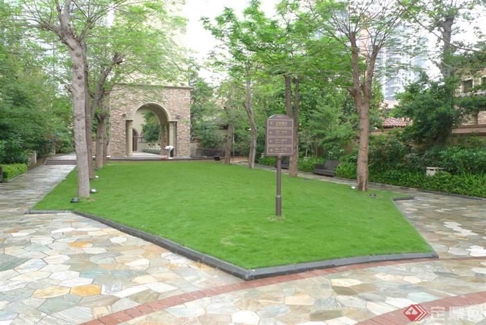 草坪景观,绿化带,指示牌,地面素材,人行道