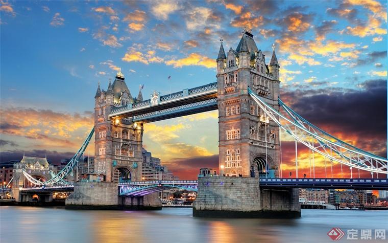 伦敦塔桥是一座吊桥,最初为一木桥,后改为石桥,如今是座拥有6条车道的水泥结构桥。伦敦塔桥下面的桥可以打开,河中的两座桥基高7.6米,相距76米,桥基上建有两座高耸的方形主塔,为花岗岩和钢铁结构的方形五层塔,高43.455米,两座主塔上建有白色大理石屋顶和五个小尖塔,远看仿佛两顶王冠。两塔之间的跨度为60多米,塔基和两岸用钢缆吊桥相连。桥身分为上、下两层,上层(桥面高于高潮水位约42米)为宽阔的悬空人行道,两侧装有玻璃窗,行人从桥上通过,可以饱览泰晤士河两岸的美丽风光;下层可供车辆通行。当泰晤士河上有万吨船