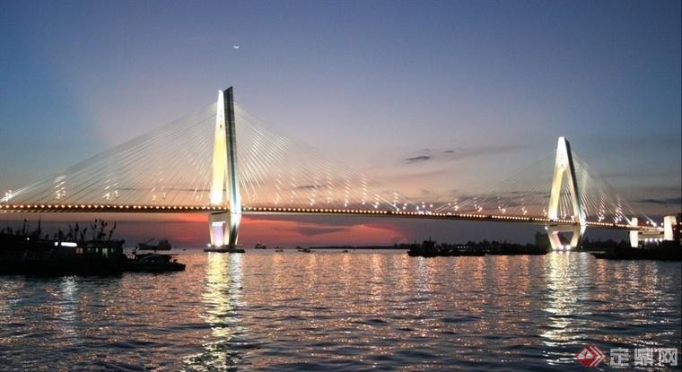 世纪大桥全长2663.606米,其中主桥长636.60米,主桥为双塔双索面三跨(147+340+147)连续预应力混凝土边主梁斜拉桥,桥面宽29.8米,两侧设人行道。主塔呈钻石型,塔高106.9米,主塔基础为圆端型沉井,上口面积29.8米×18.6米,下口面积30.4米×19.2米,深40.1米,斜拉索每一单面22根,共176根。引桥为预应力混凝土连续箱梁,基础采用预应力高强度混凝土管桩。南引桥长1101.