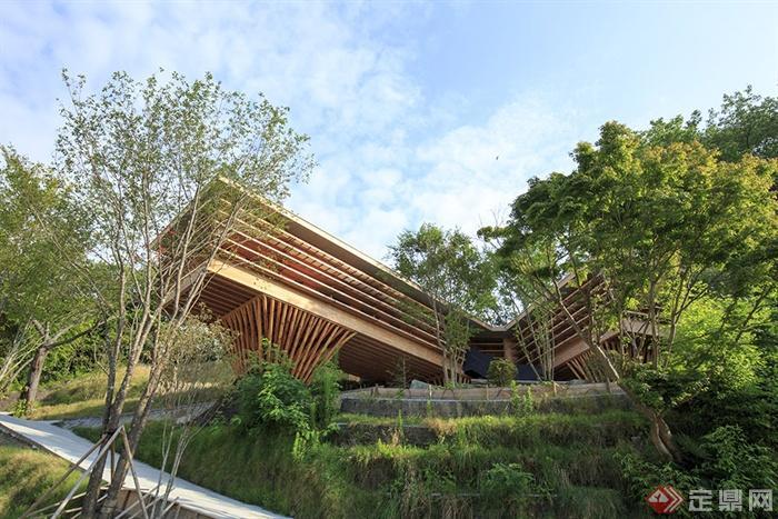 现代创意住宅木屋建筑设计,住宅主人是个渔民,这一设计方案的故事始于渔人打算充分利用从祖先那继承的山林场地,来设计这栋住宅。建筑师首先勘查山坡,然后根据数据建构外形,使一些平坦的表面显现,并把它们联结起来。