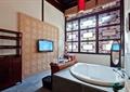 浴室,浴缸,柜子,窗子,背景墙,电视