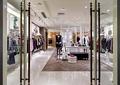 地面铺装,模特,展示桌,玻璃门,天花吊顶,服装店