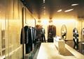 衣服架,衣服,地面铺装,展示桌,镜子,天花吊顶,服装店