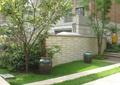 景墙,陶瓷罐子,草坪,园路,常绿乔木,住宅景观