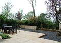 庭院景观,地面铺装,桌椅,卵石地面,围墙,落叶乔木