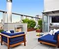 沙發,壁爐,地面鋪裝,玻璃欄桿,灌木植物,屋頂花園,庭院景觀