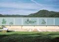 围墙,玻璃围墙,围栏,石凳,草坪