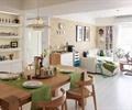餐桌椅,餐具,花瓶插花,沙发,茶几,地面铺装,置物架,客餐厅