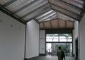 走廊,地面鋪裝,垃圾桶,天花吊頂,鋼架結構屋頂