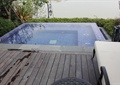 游泳池景观,木地板,躺椅,景观植物,庭院灯,住宅景观