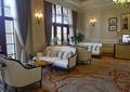 沙發,沙發茶幾,地毯花紋,燈具,掛畫