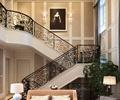 楼梯,柜子,台灯,沙发,盆栽植物,地毯,装饰画,客厅