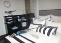 床,软包墙面,置物架,挂钟