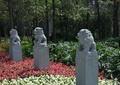 雕塑小品,石狮雕塑,绿化带,灌木丛