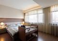 卧室,双人床,婴儿床,床头柜