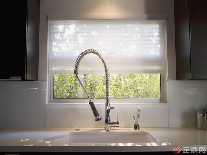 洗菜盆,水龙头,窗户